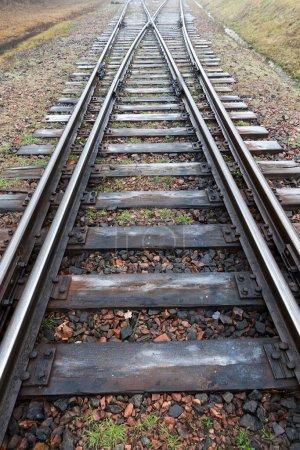 Photo pour Vieux chemin de fer, prise de vue rapprochée. Saison d'automne par temps brumeux, mauvaise visibilité - image libre de droit