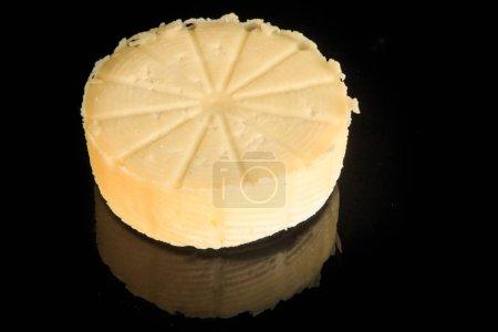 Photo pour Tête ronde entière de fromage blanc maison servi sur fond miroir noir avec réflexion - image libre de droit