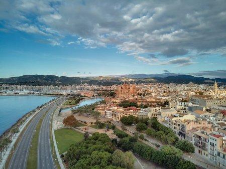 Photo pour Vue aérienne drone Majorque paysage urbain, route qui longe le bord de la mer Méditerranée et la célèbre cathédrale de Palma de Majorque ou la Le Seu. Ciel nuageux de mauvaise humeur, vallée de montagne. Les îles Baléares. Espagne - image libre de droit