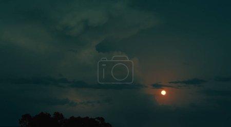 Photo pour Ciel nuageux aux couleurs gris vif et vert pittoresque avec pleine lune et éclairage par temps venteux, fond nature plein cadre - image libre de droit