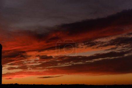 Photo pour Coucher de soleil lumineux sur la ville, couleurs gris orangé rouge - image libre de droit