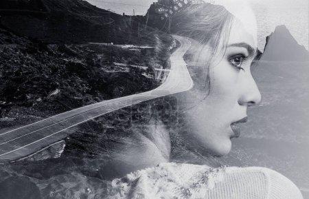 Photo pour Double image d'exposition multiple. Portrait de femme belle face de profil latéral combiné avec route de montagne sinueuse, littoral, eaux de la mer Méditerranée. Photographie créative noir et blanc photo - image libre de droit