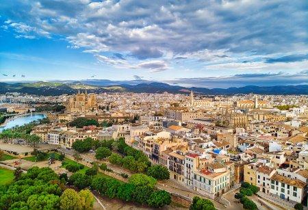 Photo pour Vue aérienne drone de la ville de Majorque, célèbre cathédrale de Palma de Majorque ou Le Seu. Ciel nuageux, vallée de montagne. Îles Baléares. Espagne, Espana - image libre de droit