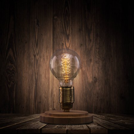 Photo pour Ampoule vintage sur fond sombre avec espace vide pour le texte . - image libre de droit