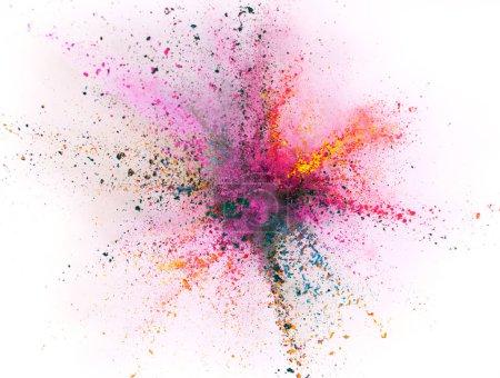 Photo pour Explosion de poudre colorée isolée sur fond blanc. Figer le mouvement. - image libre de droit