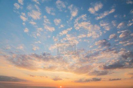 Photo pour Coloré ciel dramatique avec les nuages au coucher du soleil. - image libre de droit