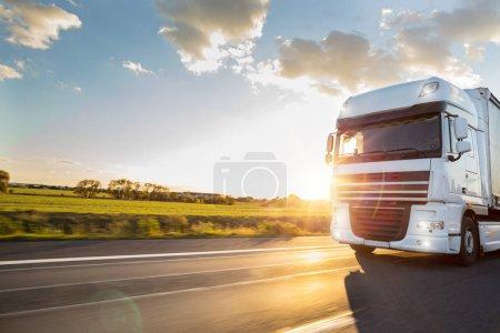 Photo pour Camion à conteneur sur l'autoroute, le concept de transport de fret. Effet de rasage. - image libre de droit