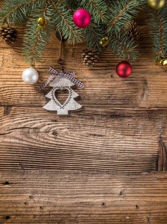 Photo pour Décoration de Noël sur fond en bois, beaucoup d'espace pour copier le produit ou le texte . - image libre de droit
