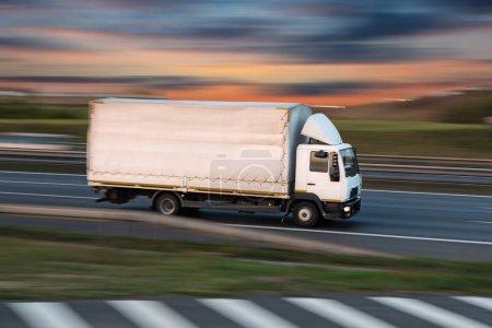Photo pour Camion à conteneur sur l'autoroute, le concept de transport de fret. - image libre de droit