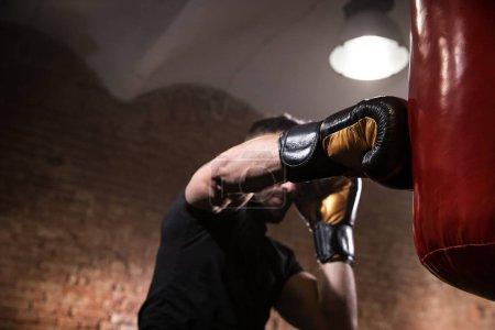 Photo pour Main du boxeur au moment de l'impact sur le sac de boxe. Gros plan. - image libre de droit