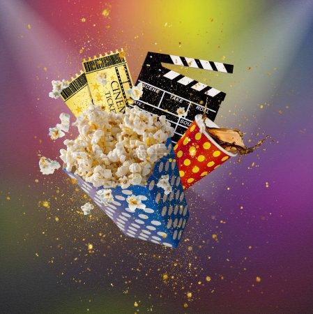 Photo pour Pop-corn, billets de cinéma, clapperboard et autres choses en mouvement. Concept de cinéma . - image libre de droit