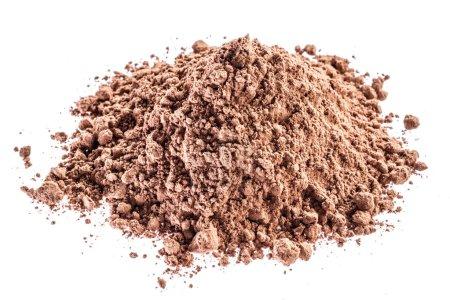 Photo pour Poudre de cacao ou de caroube sur fond blanc . - image libre de droit