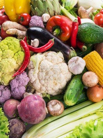 Photo pour Différents légumes biologiques. Multicolore fond alimentaire . - image libre de droit