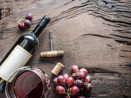 Photo pour Verre à vin, bouteille de vin et raisins sur fond bois. Dégustation de vin . - image libre de droit