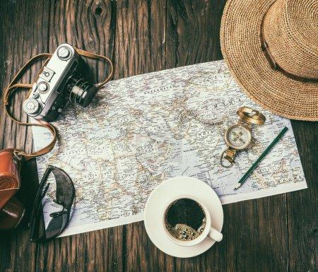Photo pour Planification de nouvelles destinations sur la carte du monde. Vue du dessus . - image libre de droit