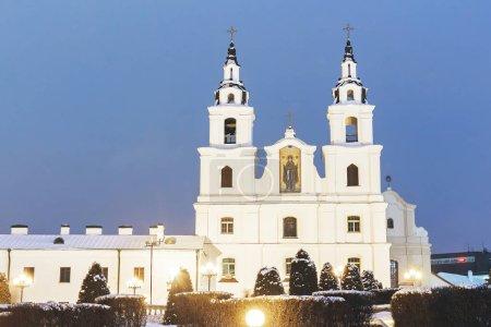 weiße orthodoxe Kirche an einem Winterabend in der Stadt