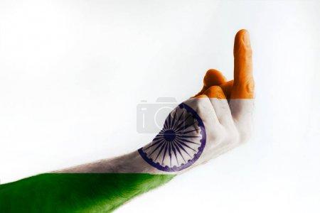 Photo pour Mature mâle peint à la main dans les couleurs du drapeau indien montre signe - image libre de droit