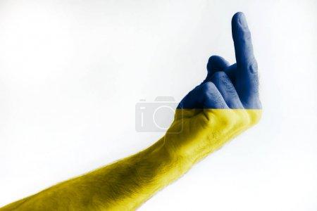 Photo pour La main d'un mâle mature peinte aux couleurs du drapeau ukrainien montre un signe. Isolé sur fond blanc . - image libre de droit