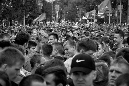 Foto de Septiembre 15, 2019 Minsk Bielorrusia Primer plano de un atleta adulto con canas en las sienes es uno de los participantes de la maratón Imagen en blanco y negro - Imagen libre de derechos