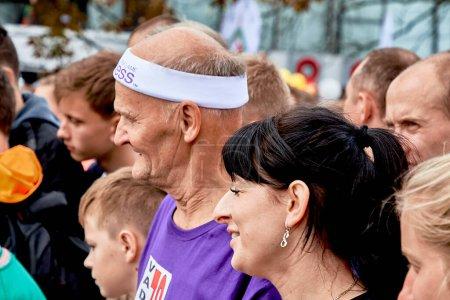 Foto de 15 de septiembre de 2019 Minsk Bielorrusia Primer plano de muchos participantes sanos que están de pie antes del inicio de la maratón - Imagen libre de derechos
