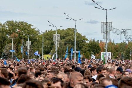 Foto de Septiembre 15, 2019 Minsk Bielorrusia Hay muchos participantes sanos que están de pie antes del comienzo de la maratón - Imagen libre de derechos