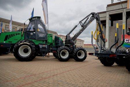 Photo pour 3 juillet 2020 Minsk Biélorussie Les gens marchent parmi l'exposition de la construction et des machines agricoles sur la place - image libre de droit