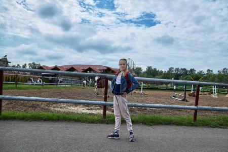 Photo pour 21 juin 2020 Minsk Biélorussie Belle adolescente se tient sur la route du parc dans la ville - image libre de droit