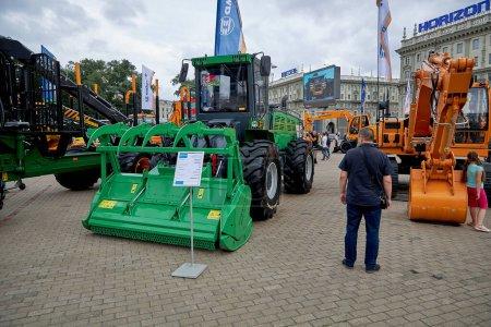 Photo pour 3 juillet 2020 Minsk Biélorussie Les gens marchent parmi l'exposition de la construction et des machines agricoles disposées sur la place - image libre de droit