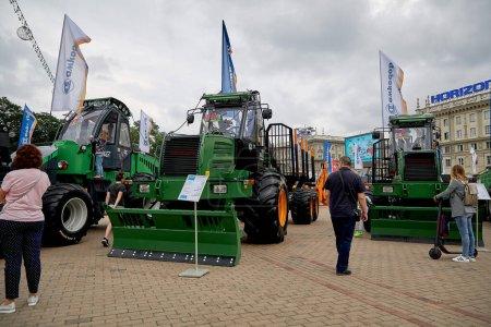 Photo pour 3 juillet 2020 Minsk Biélorussie Les gens marchent parmi l'exposition de la construction et des machines agricoles - image libre de droit