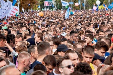 Photo pour Septembre 15, 2019 Minsk Belarus Il y a beaucoup de fans d'un mode de vie sain qui font face au début du marathon - image libre de droit