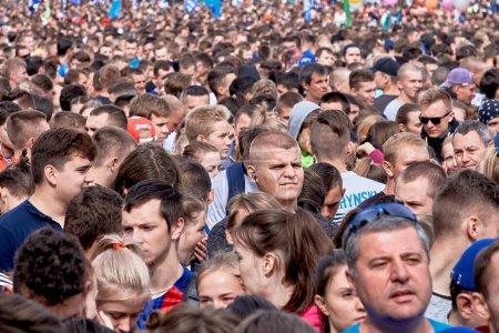 Foto de Septiembre 15, 2019 Minsk Bielorrusia Hay muchos fans de un estilo de vida saludable que están de pie antes del comienzo de la media maratón - Imagen libre de derechos