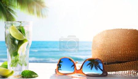 Foto de Bar de bebidas de playa tropical de verano; mojito cocktai - Imagen libre de derechos
