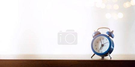 Foto de Feliz símbolo de nuevo día; reloj despertador de la mañana contra la luz solar backgroun - Imagen libre de derechos