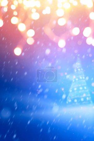 Foto de Luz del árbol de Navidad; Azul invierno Nevado paisaje de Navidad - Imagen libre de derechos