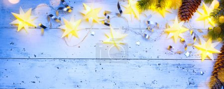 Foto de Decoración de la Navidad en estilo vintage en el viejo tablero de madera azul - Imagen libre de derechos