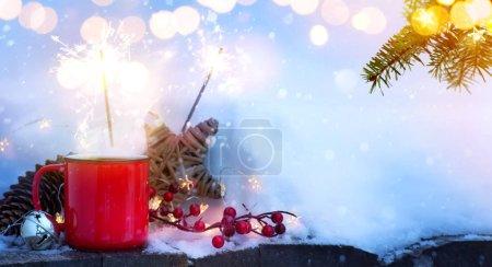 Foto de Arte bebida caliente invierno y árbol de Navidad Luz sobre fondo de nieve - Imagen libre de derechos