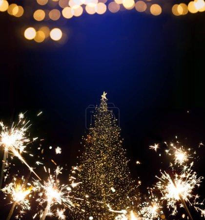 Foto de Abstract Christmas Background with Christmas tree and holidays light - Imagen libre de derechos