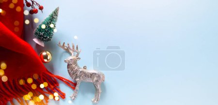 Foto de Christmas banner. Background Xmas design of sparkling lights garland, Chhristmas tree and Christmas decoration on blue background. Horizontal Christmas poster, greeting cards, headers, website - Imagen libre de derechos