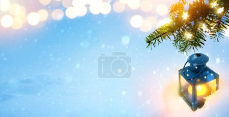 Foto de Christmas Lantern. Christmas and New Year holidays background with Christmas Tree and holiday light, winter seaso - Imagen libre de derechos