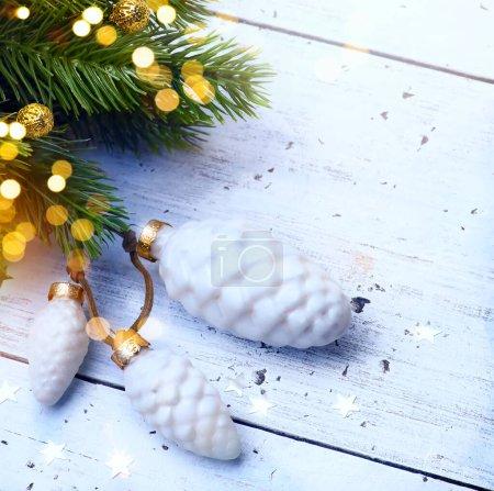 Photo pour Décoration vacances de Noël. Noël et Nouvel An fond de vacances avec arbre de Noël et lumière des vacances, saison d'hiver - image libre de droit