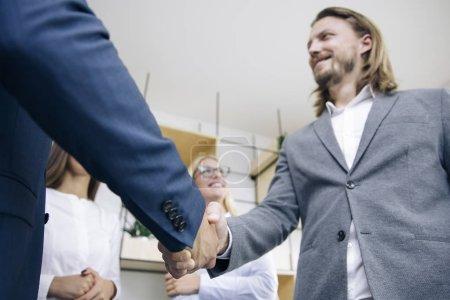 Foto de Apretón de manos de hombres de negocios después de acuerdo de acuerdo en la oficina - Imagen libre de derechos