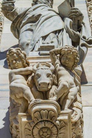 Photo pour Détail rapproché de la façade du Duomo de Milan en Italie - image libre de droit