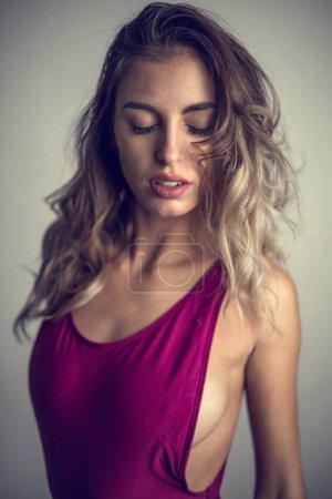 Photo pour Jeune, sexy et séduisante fille erotique lingerie violette posant dans studio. - image libre de droit