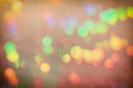 Foto de Fondo abstracto vacío para diseños. Sobre un fondo de oro claro, manchas amarillas y verdes en el desenfoque. Luces en desenfoque. - Imagen libre de derechos