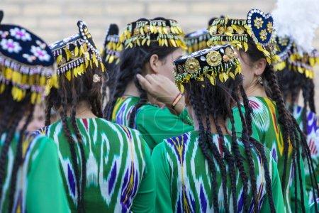 Photo pour Des danseurs folkloriques exécutent des danses traditionnelles lors de festivals locaux à Khiva, en Ouzbékistan . - image libre de droit