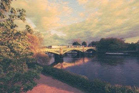Photo pour Richmond Railway Bridge, Thames River, Richmond, Londres, Royaume-Uni - image libre de droit