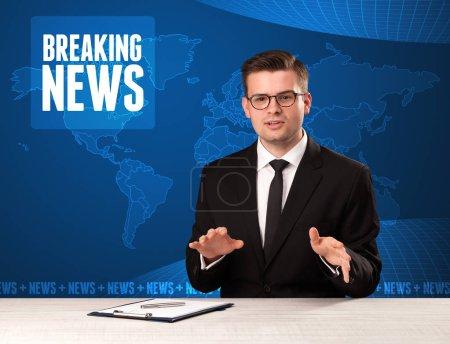Photo pour Présentateur de télévision raconter devant les nouvelles de dernière heure avec concept bleu fond moderne - image libre de droit