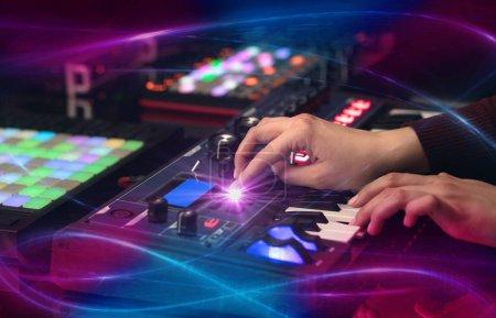 Photo pour Mélange de musique sur contrôleur dj avec concept vibe vague à la main - image libre de droit