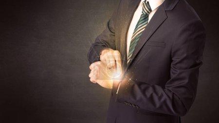 Photo pour Homme d'affaires portant smartwatch avec des rayons brillants sur elle . - image libre de droit