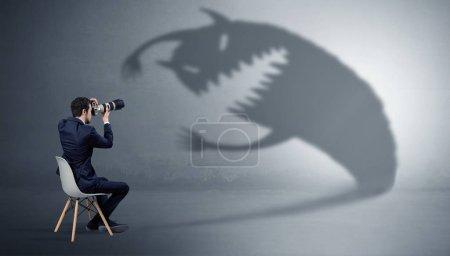 Photo pour Jeune homme d'affaires rester et négocier avec une ombre monstre - image libre de droit